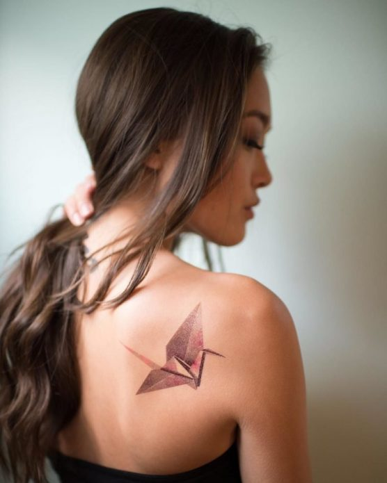 татуировка на лопатке журавлик
