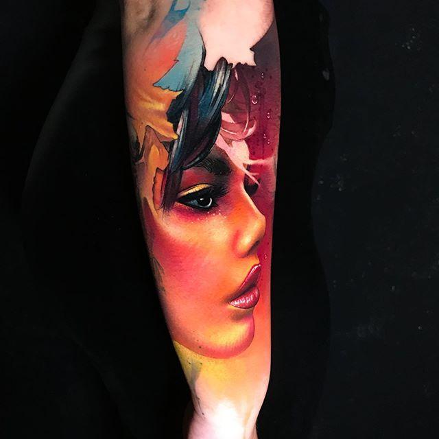 тату цветное на руке девушка, тату реализм