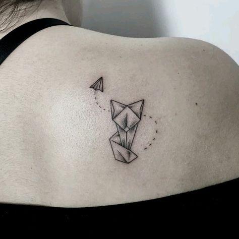 мини-тату котик чб оригами, татуировка на лопатке