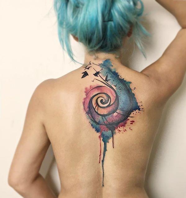 акварельная татуировка спираль на спине