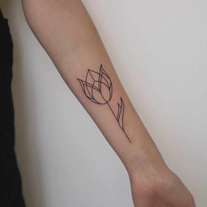 тюльпан тату лайнворк на руке