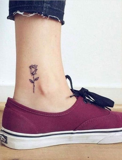 мини-тату роза на ноге