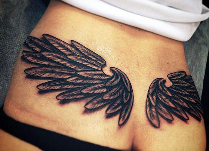 тату чб крылья на пояснице, большие женские тату