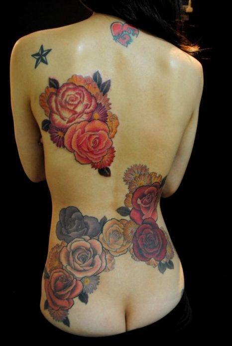 татуировка цветная розы на пояснице