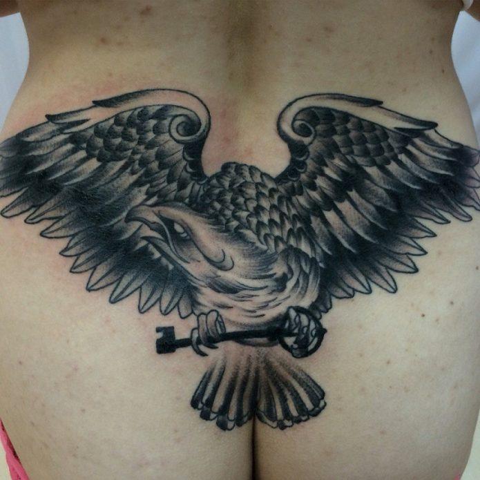 тату орёл на пояснице и копчик, брутальные тату для девушек