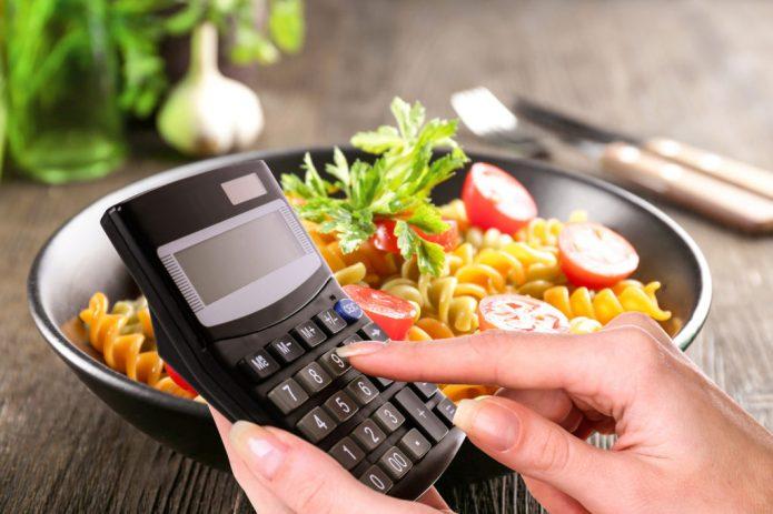 Миска с салатом и калькулятор