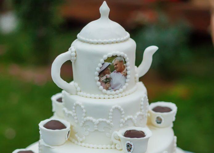 Торт в виде чайного сервиза из фарфора
