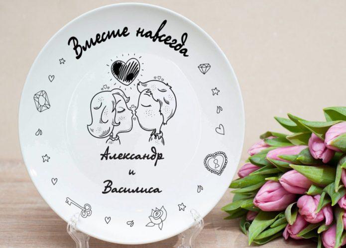 Тарелка с памятной надписью и именами