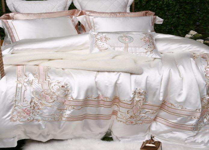 Набор шёлкового постельного белья и подушек