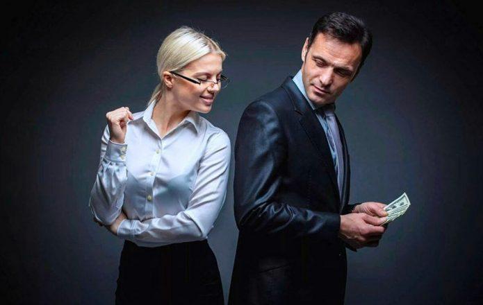 мужчина прячет от женщины деньги