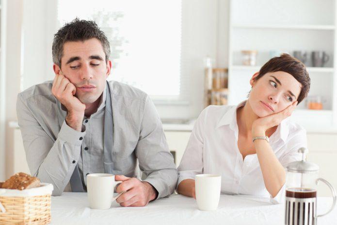мужчина и женщина скучают