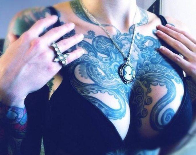 тату в стиле гравюра на женской груди, тату осьминог
