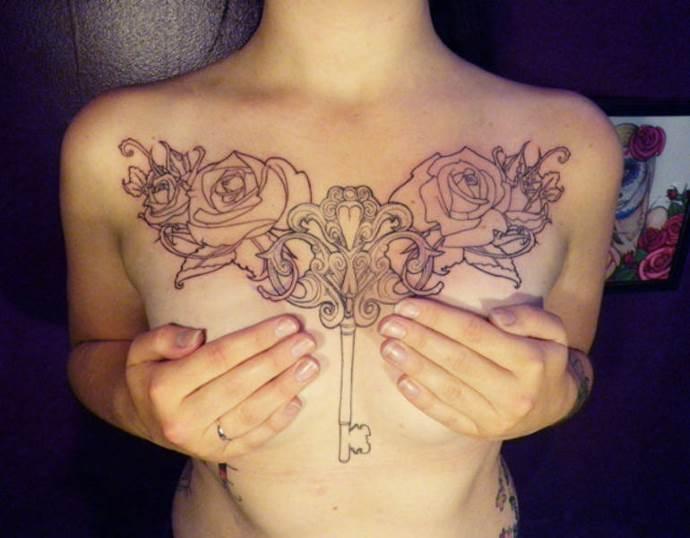 тату на грудной клетке чб ключ и узоры, женские эскизы на грудь