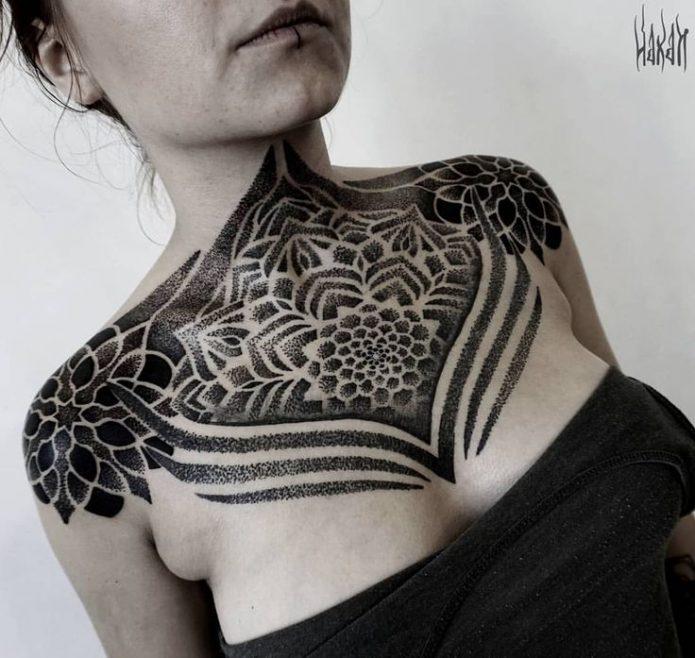 красивый узор чб на груди и плечах, женские эскизы на грудь