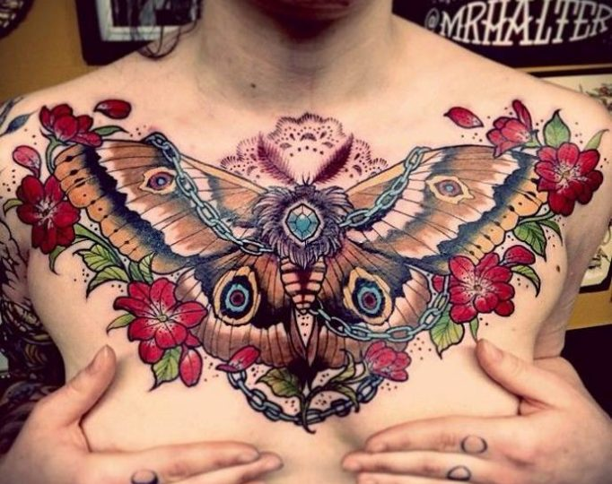 тату бабочка и цветы на всю грудь
