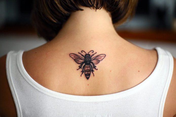 татуировка женская пчела