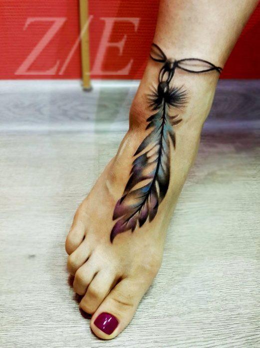 красивая татуировка перо на ступне