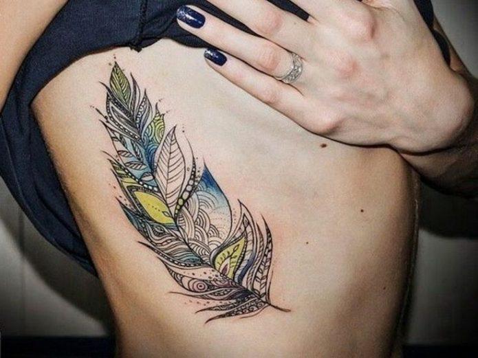 татуировка на рёбрах перо для девушек