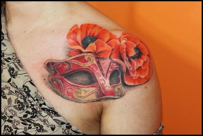 тату маска и цветы на плече