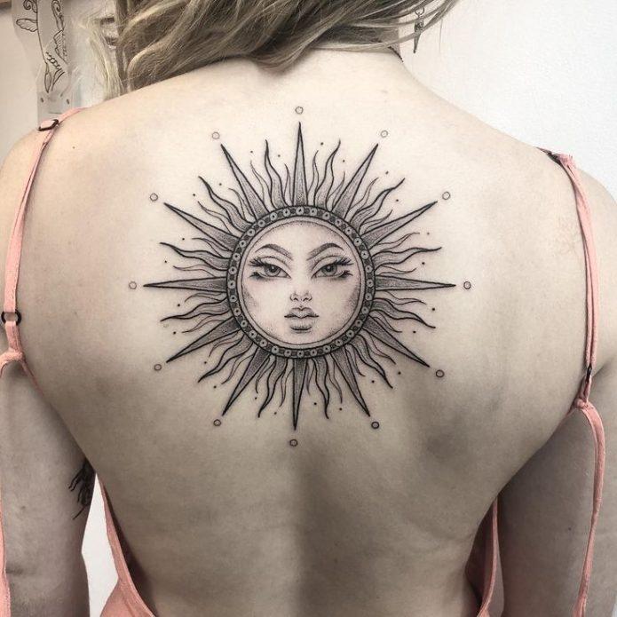 большая татуировка солнце на спине