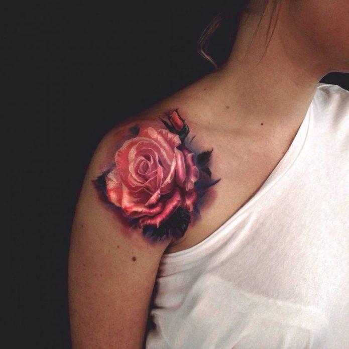 Тату роза у девушки