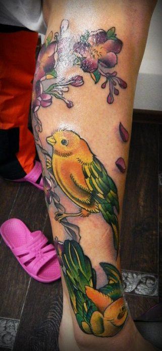 тату цветное на икре цветы и птицы