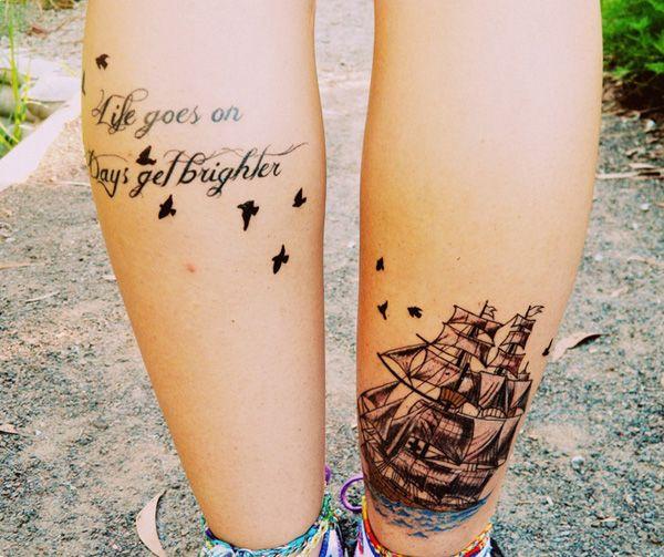 парные тату на икрах, надпись и корабль на икрах