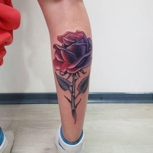 тату роза на всю икру, красивый эскиз роза на ноге