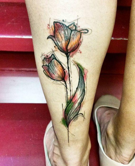 модная татуировка цветок на икре