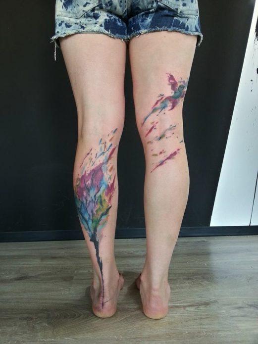 акварельная татуировка дерево на икрах
