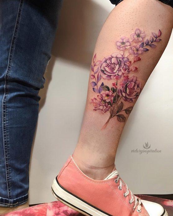 нежные цветы на икре ноги тату