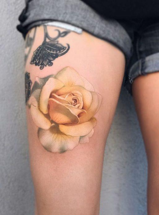 Жёлтая роза на ноге