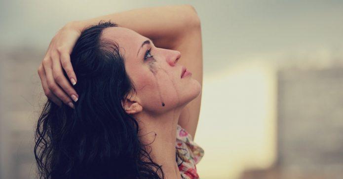 Плачущая женщина с размазанной тушью