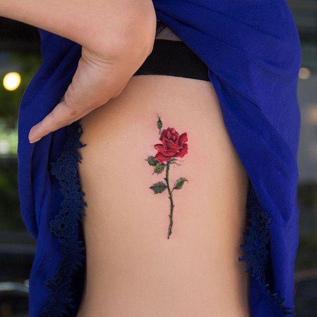мини-тату на рёбрах роза, красная роза эскиз