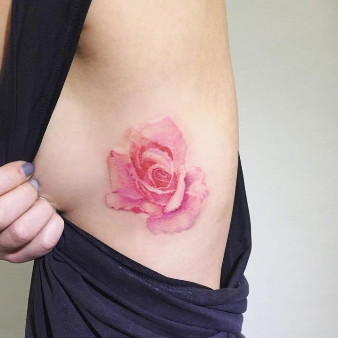 тату нежная роза на рёбрах, цветные татушки для девушек