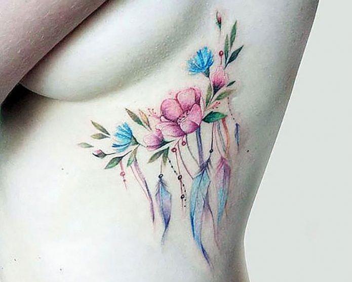 нежное тату цветы на рёбрах