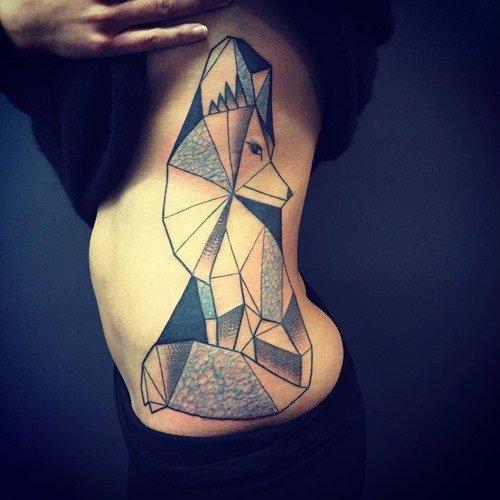 геометрическая лиса тату на рёбрах и боку, цветная татуировка