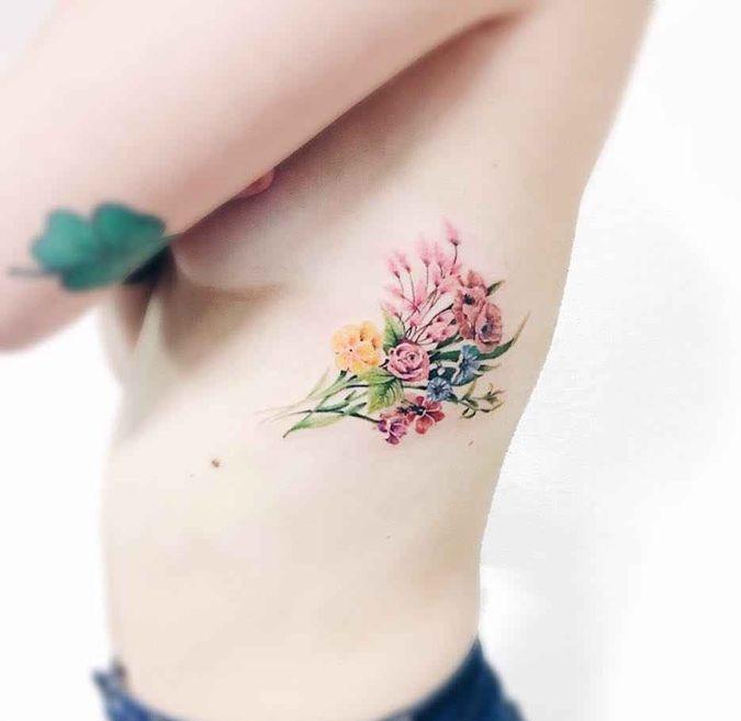тату букетик, цветы татуировка на рёбрах