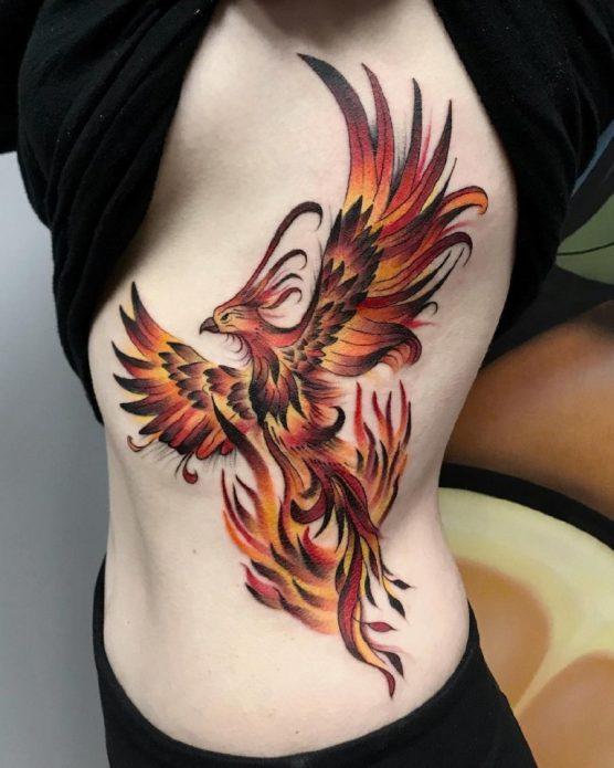 Татуировка феникс у девушки