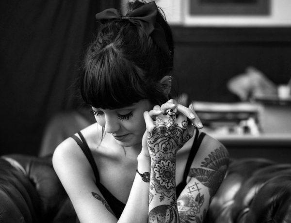 Идеи чёрно-белых тату для девушек, эскизы в разных стилях