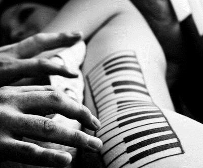 тату клавиши на боку чб, оригинальные татуировки чб