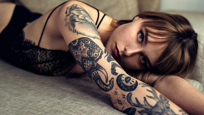 тату чб рукав, девушка с татуировками чб