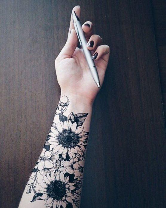 чёрно-белый цветы тату на предплечье для женщин