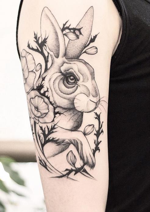 тату кролик чб на плече, женские эскизы