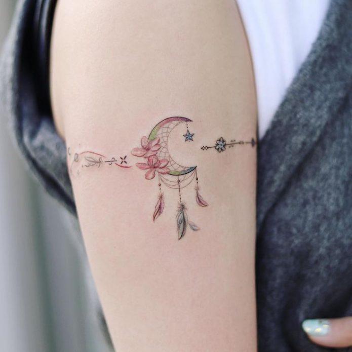 нежная тату браслет на плече, тату браслет с перьями и месяцем