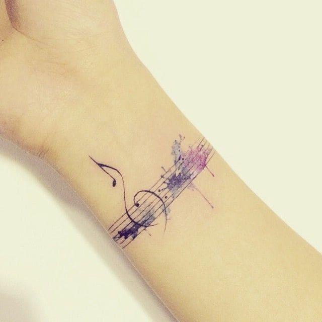 акварельный тату-браслет со скрипичным ключом