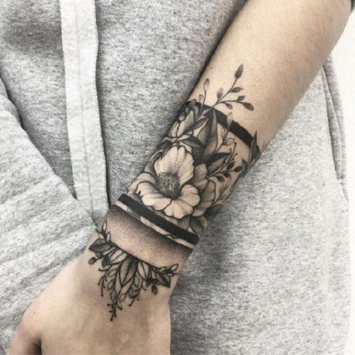 большой тату браслет чб на руке с цветами