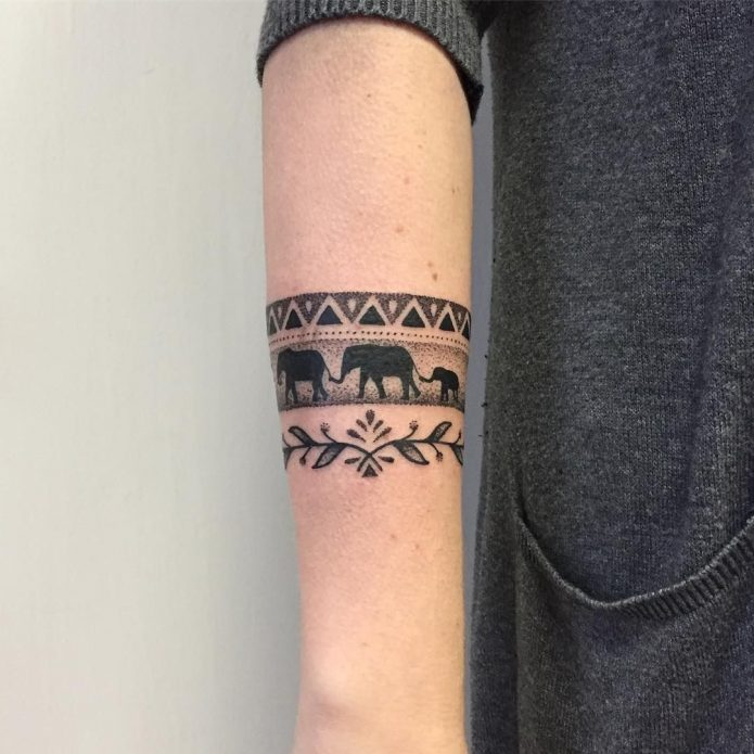 тата браслет слоны и узор чб на предплечье