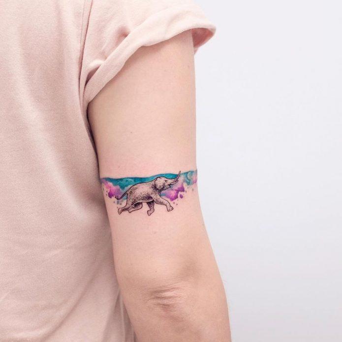 акварельный тату браслет на плече со слоном