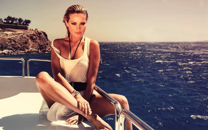 Богатая девушка на яхте